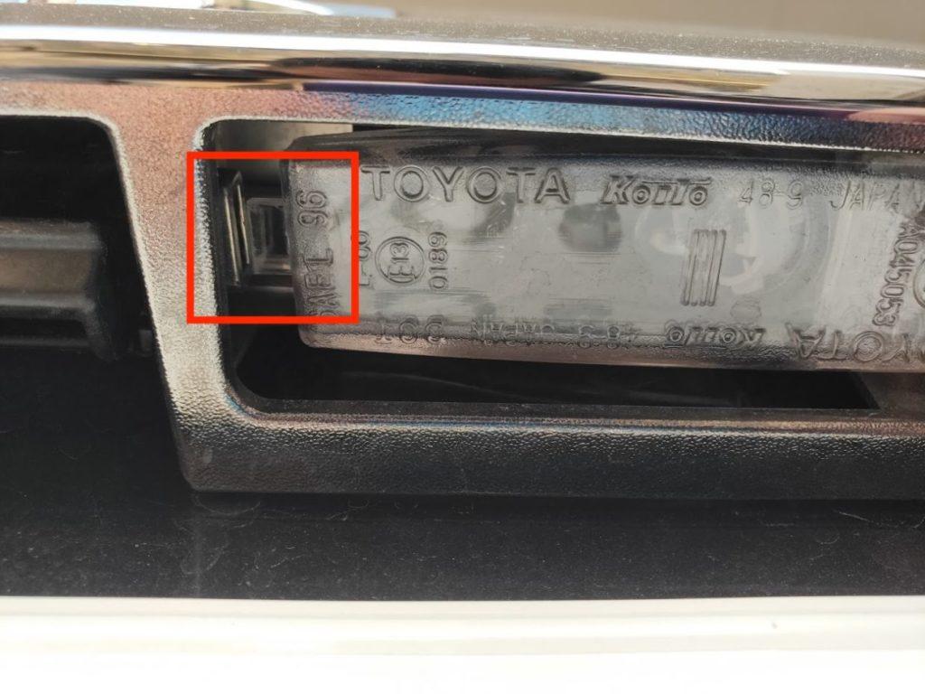 ハイエースナンバープレートライトの横のフック