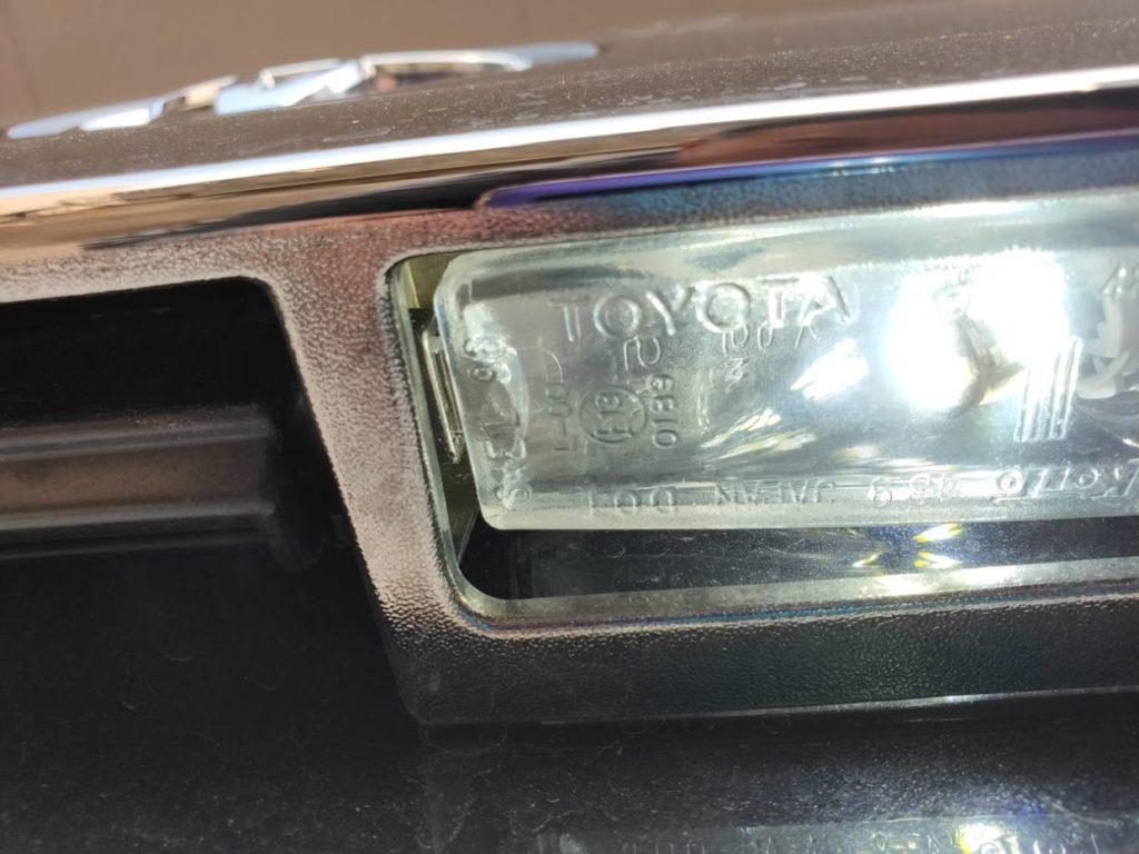 ハイエースナンバープレートライトのカバーセット
