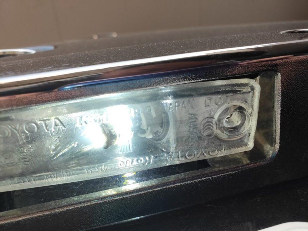 ハイエースナンバープレートライトのカバーセット2
