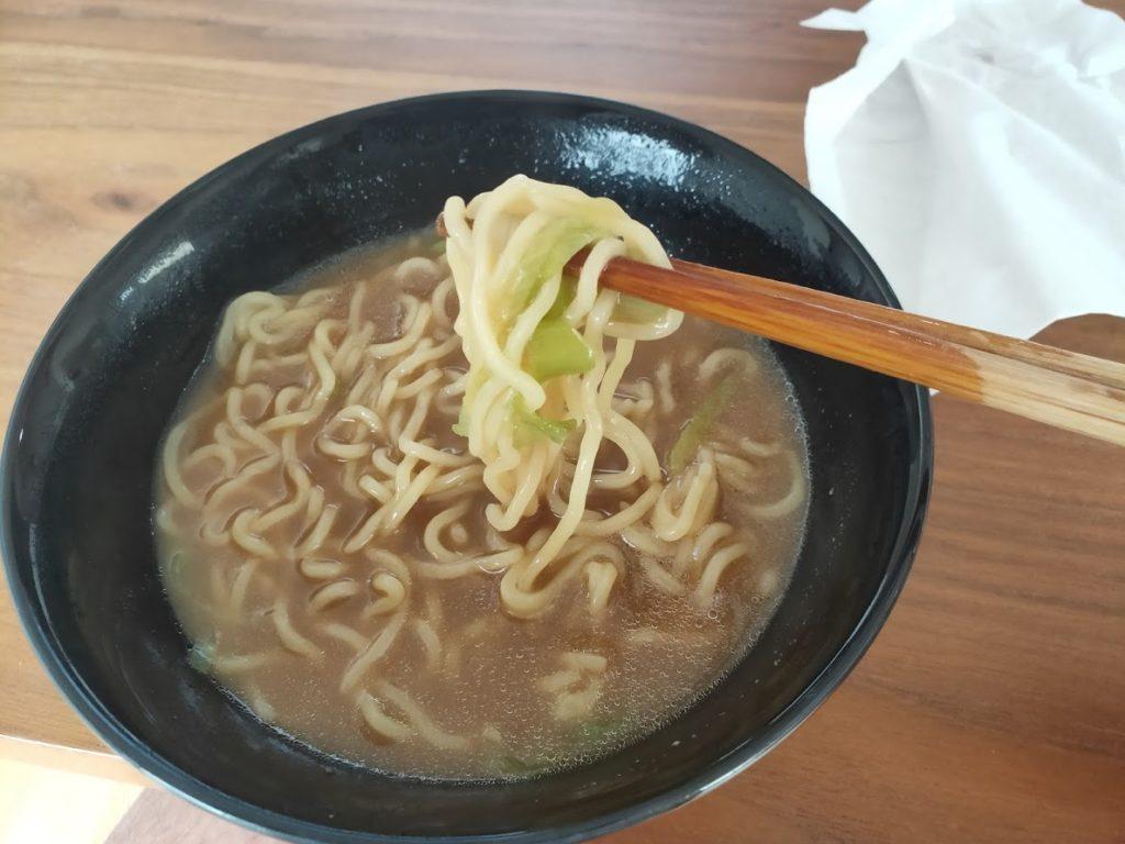 日清のラーメン屋さんの麺を食べる2