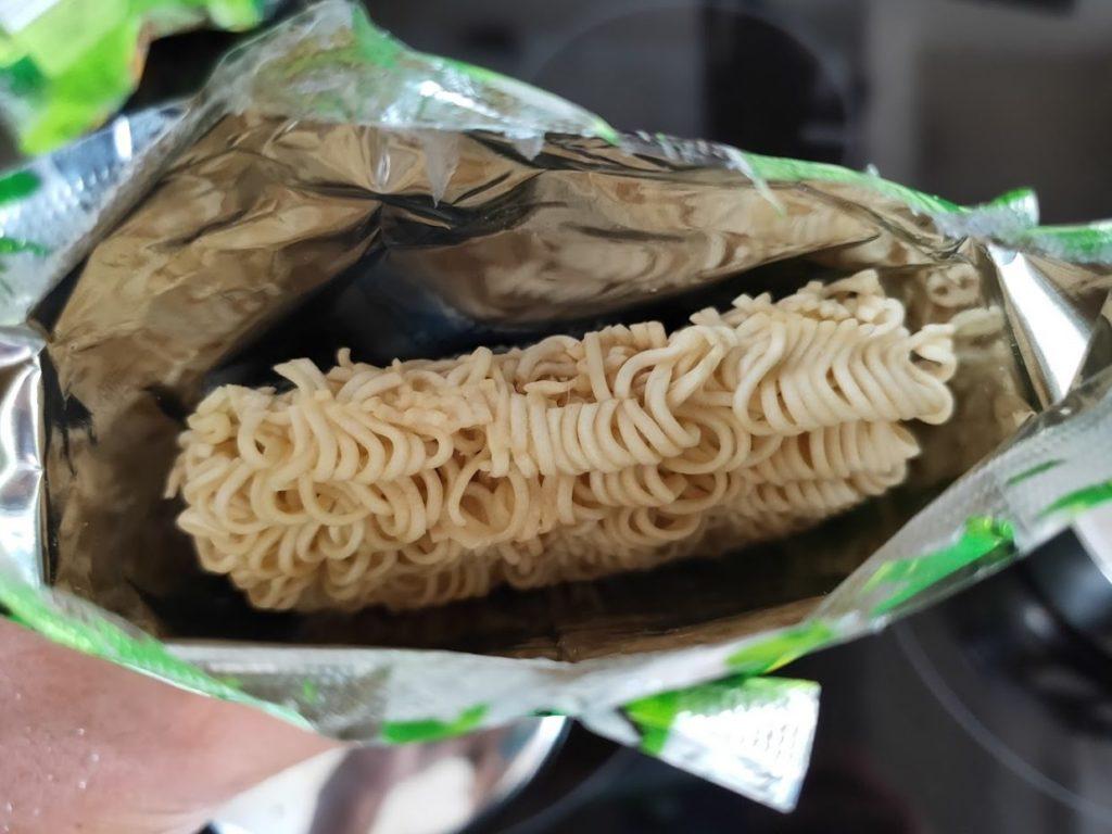 タイインスタントラーメンヤムヤムの麺拡大