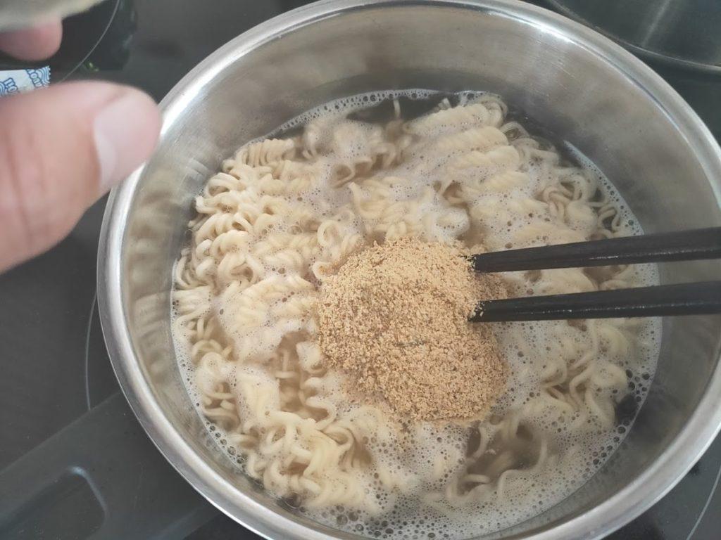 タイインスタントラーメンヤムヤムの調理で粉末を加える