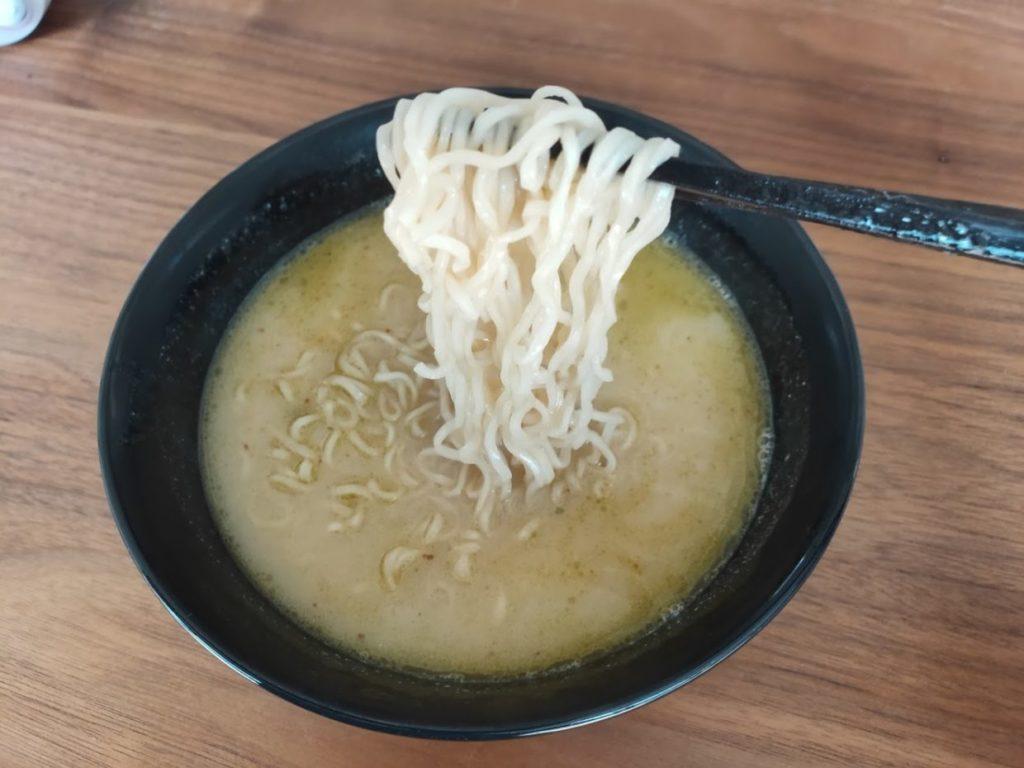 タイインスタントラーメンヤムヤム麺を食べる