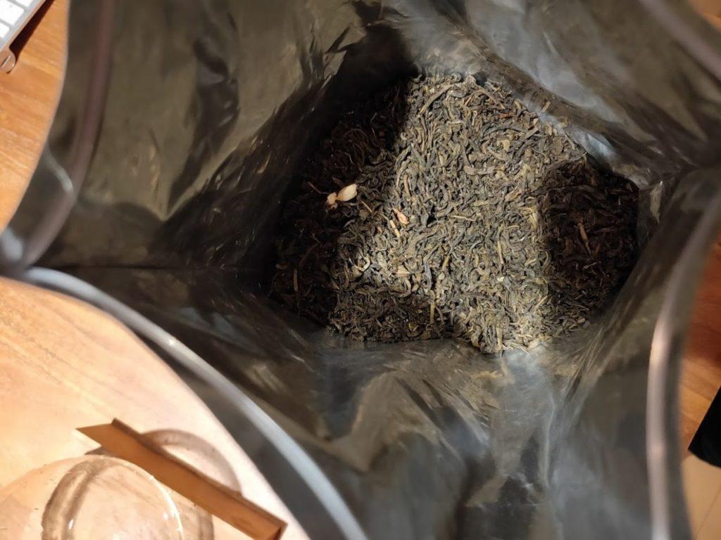ジャスミン茶のパッケージと茶葉