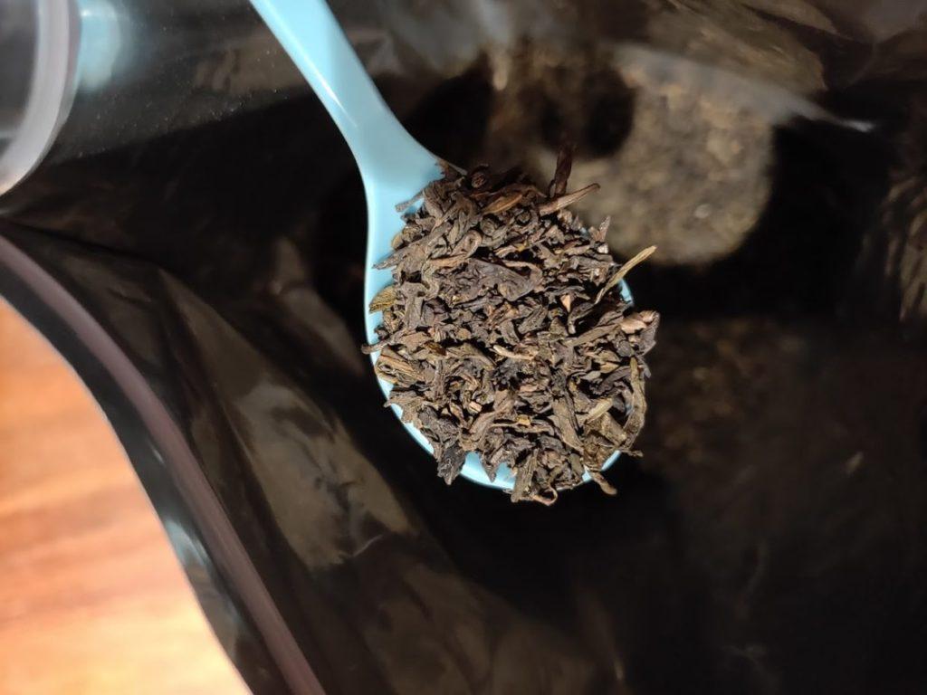ジャスミン茶のパッケージと茶葉拡大