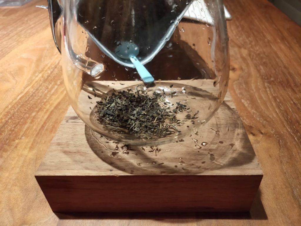 ジャスミン茶のボトルと茶葉3
