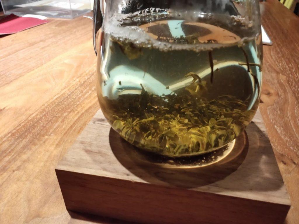 ジャスミン茶のボトルと茶葉とお湯