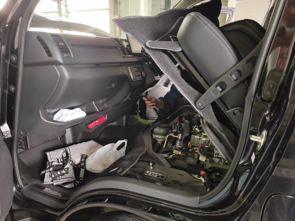 ハイエース車検当日のエンジンルームを開ける1