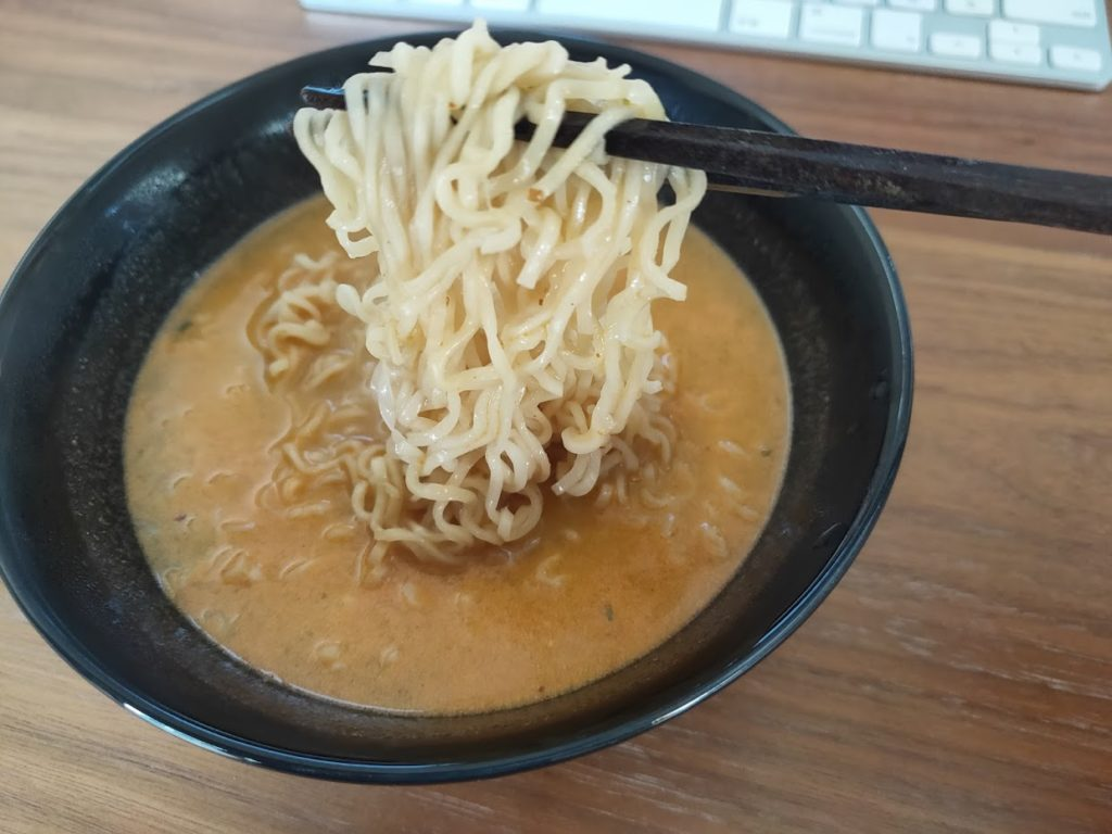 タイヤムヤムシーフードの麺を食べる