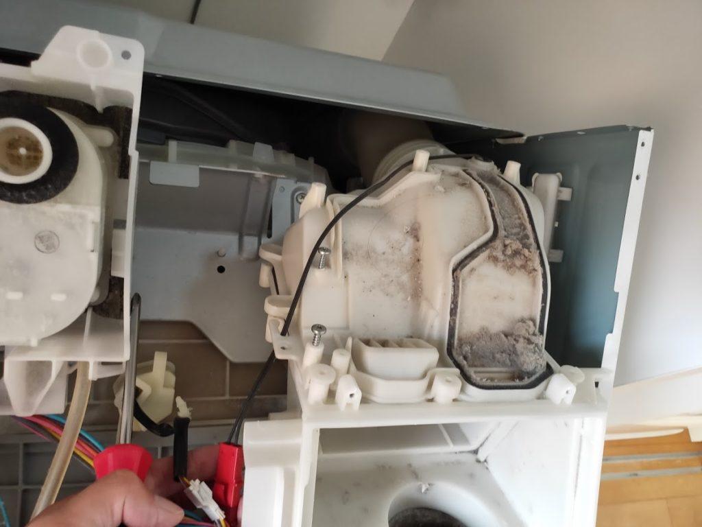 パナソニック洗濯乾燥機の空気排出ボックスの内部ゴミとケーブル