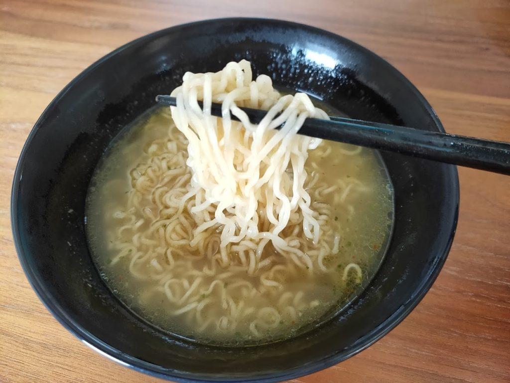 タイヤムヤムトムヤムチキンの麺を食す