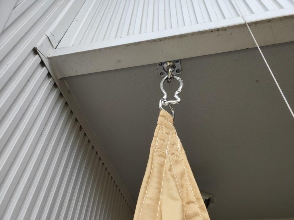 家庭用タープ取付1箇所目の金具にカラビナ取り付け