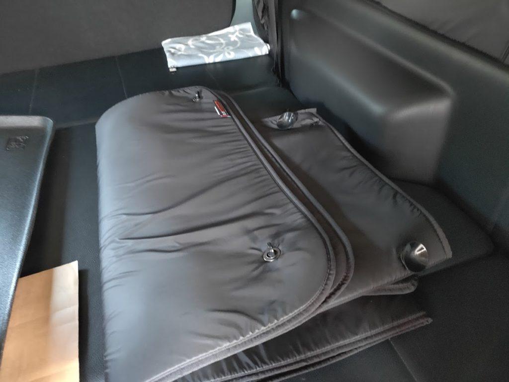 ハイエースパイプラックのワイヤーメッシュ上の荷物