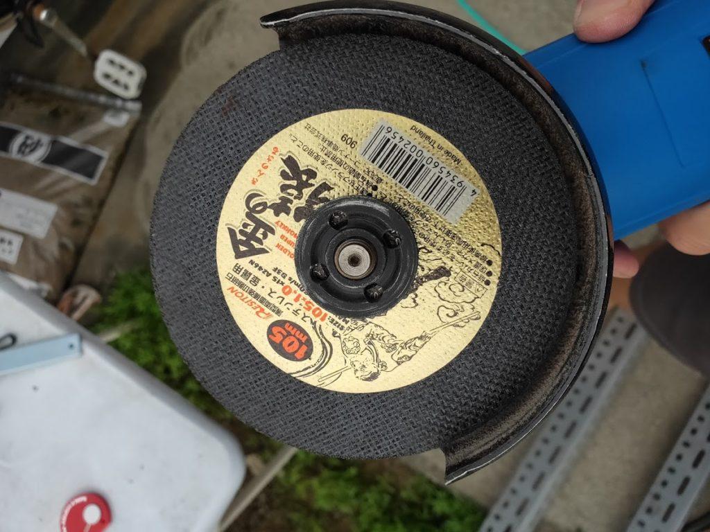 スチールラックをカットするグラインダーのディスク1