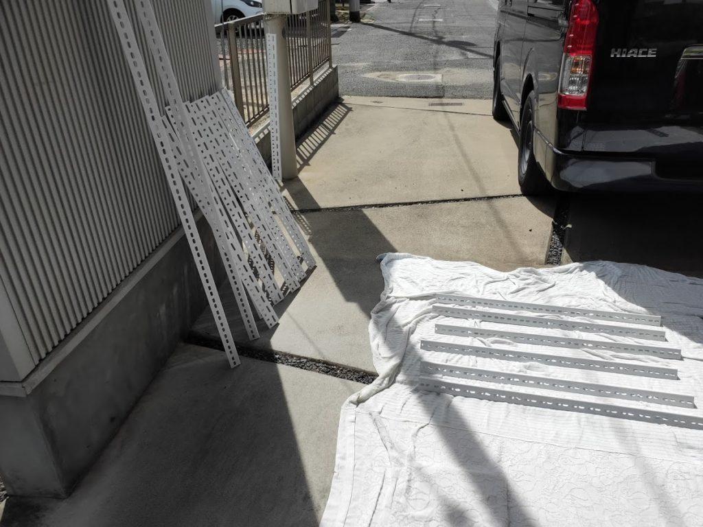 スチールラックを全て塗装した後乾かす