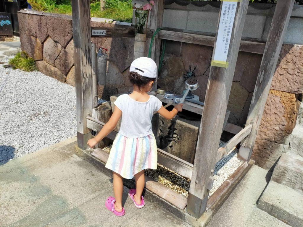 41番龍光寺の手水場での子ども
