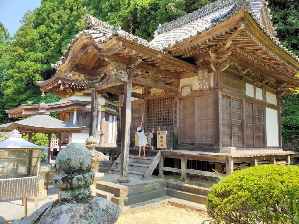 42番仏木寺の鐘を鳴らす子ども
