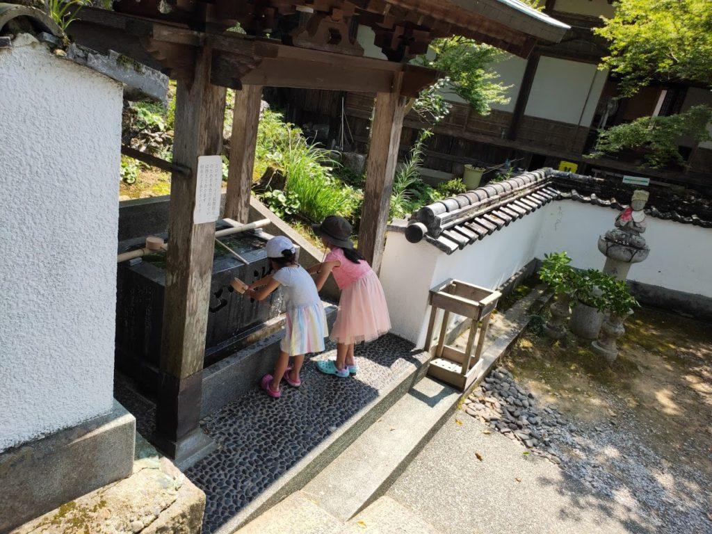 42番仏木寺の手水場と子ども