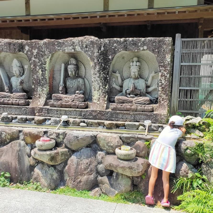 40番観自在寺の手水場と子ども