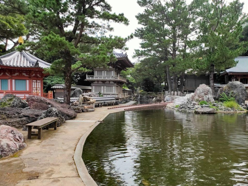 38番金剛福寺の庭の池