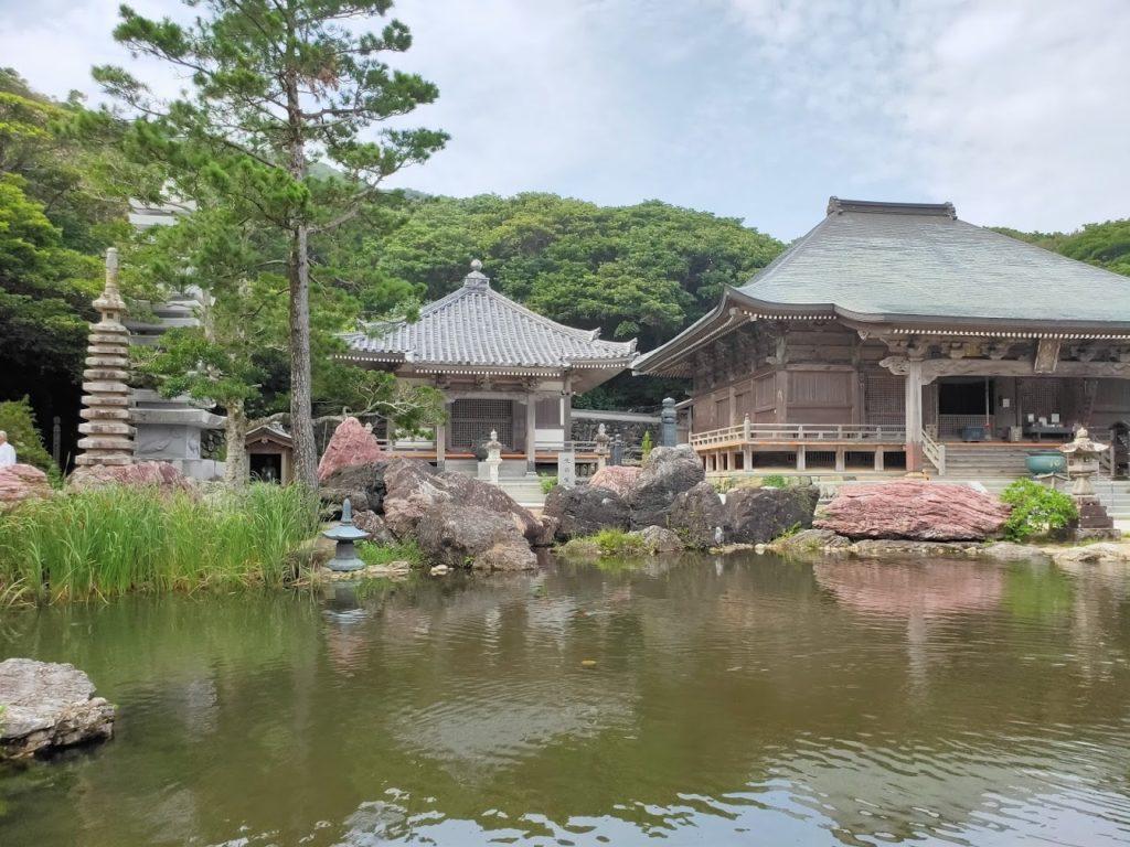 38番金剛福寺の池と本堂1