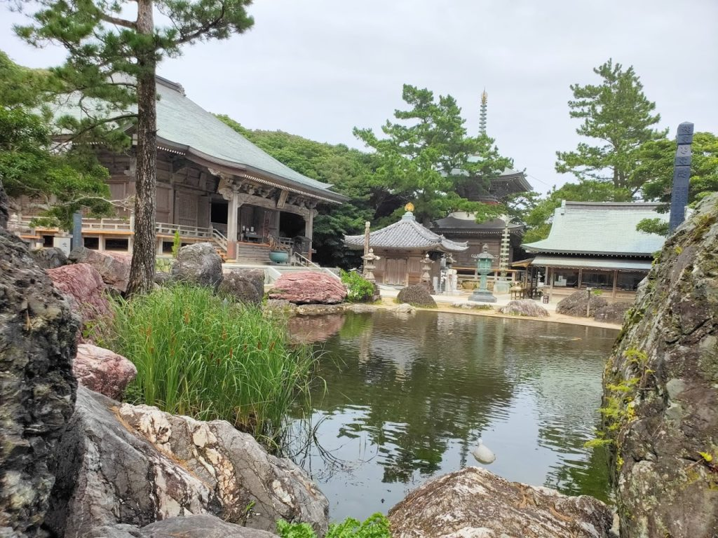 38番金剛福寺の池と本堂2