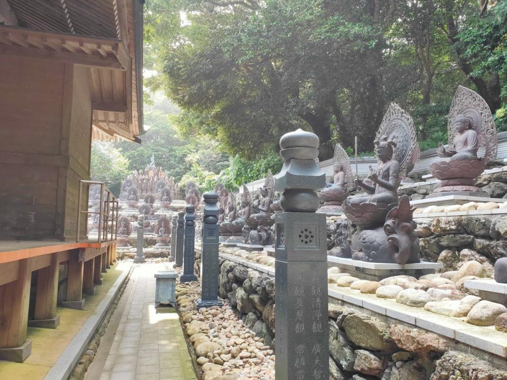 38番金剛福寺のたくさんの銅像