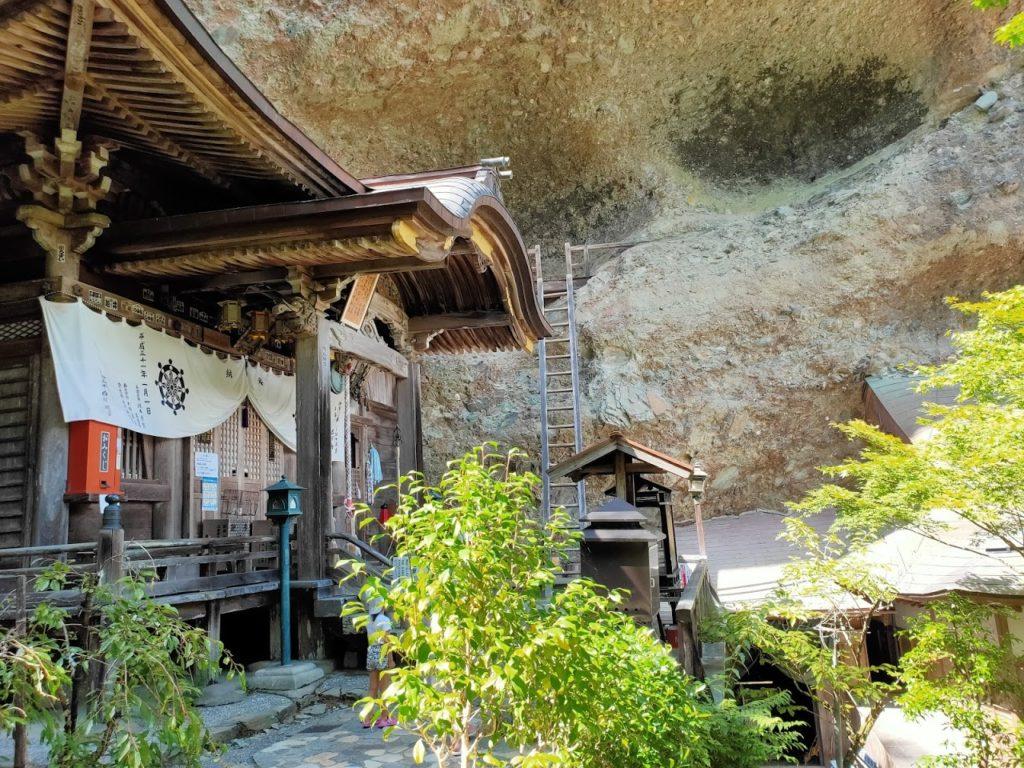 45番岩屋寺の本堂と壁