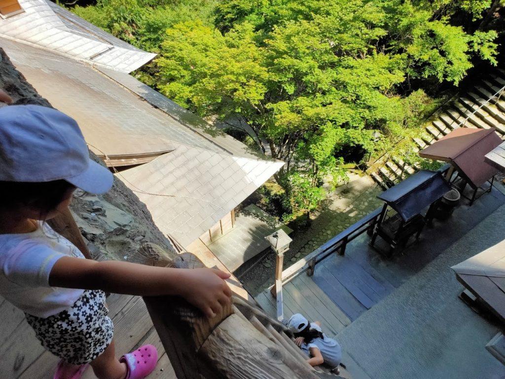 45番岩屋寺のハシゴと子どもたち2