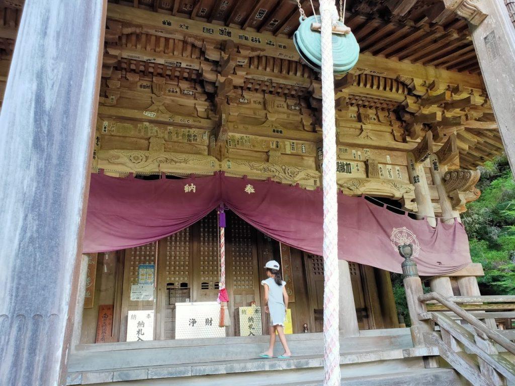45番岩屋寺の大師堂と子ども