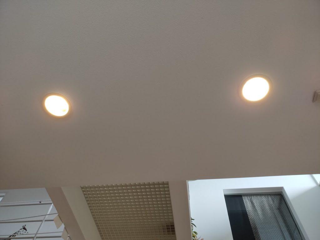 ライト点灯LEDと蛍光灯
