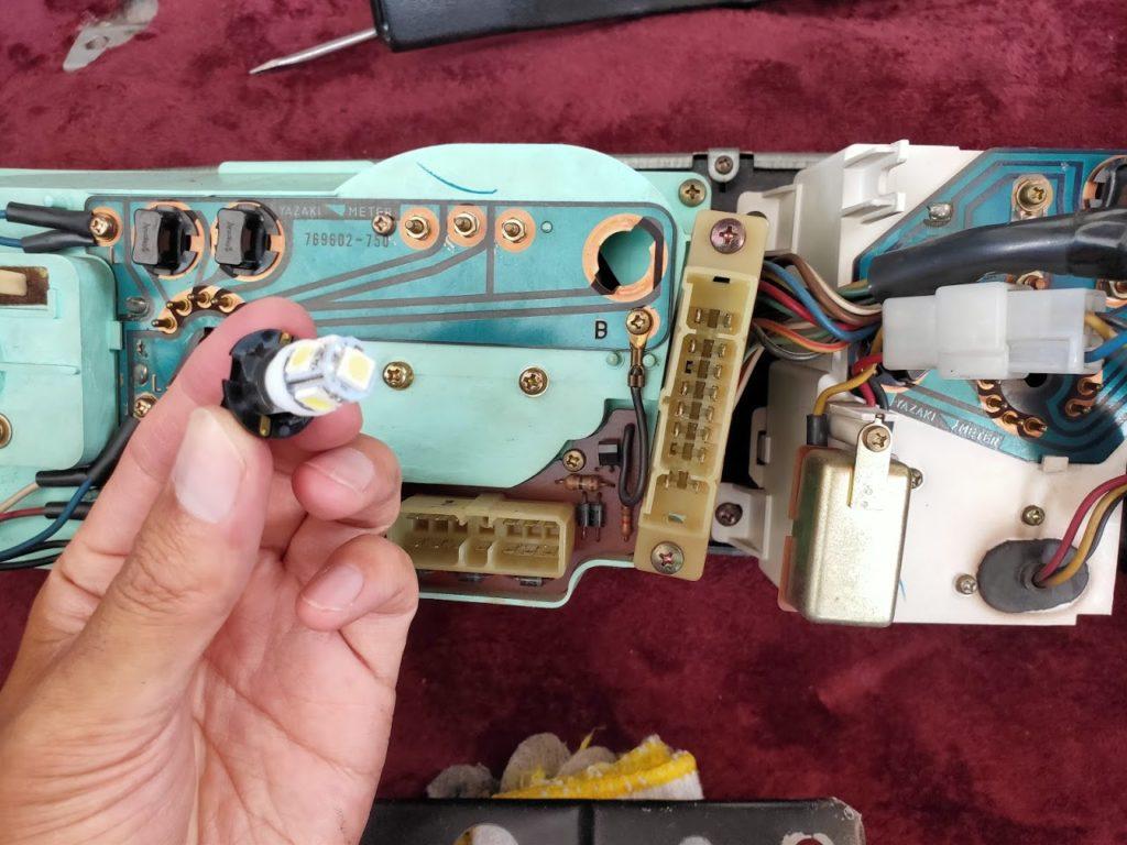 117クーペのメーターパネルランプ交換のLEDを差し込む