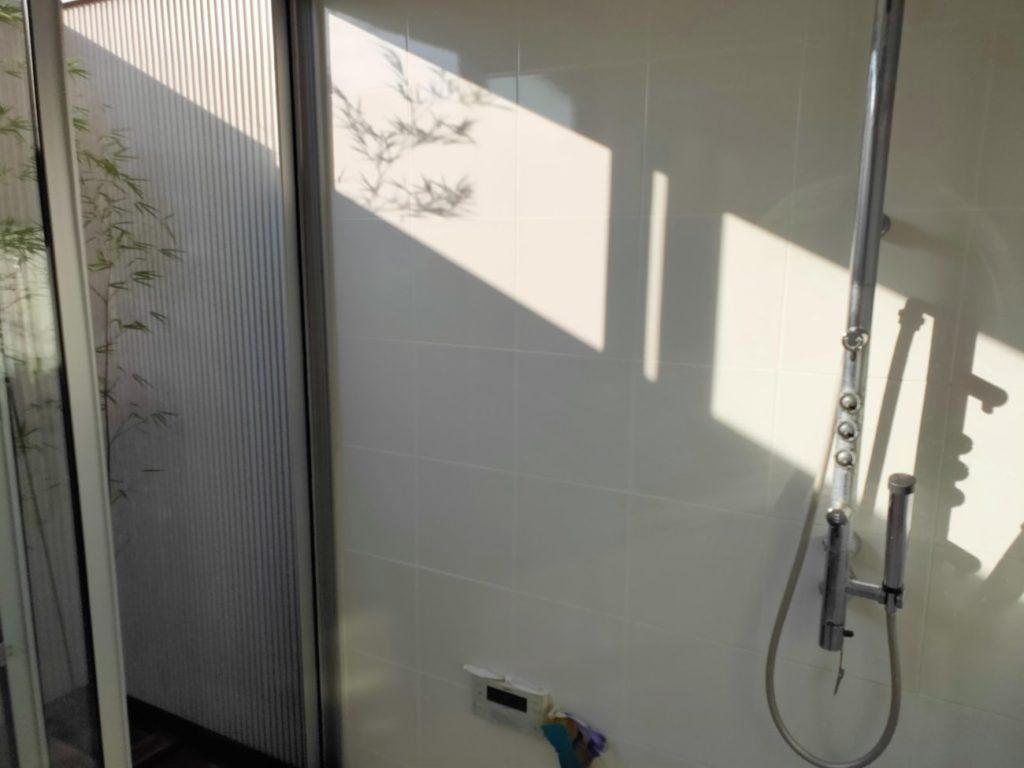 NEWシャワーヘッド取り付け前のバスルーム