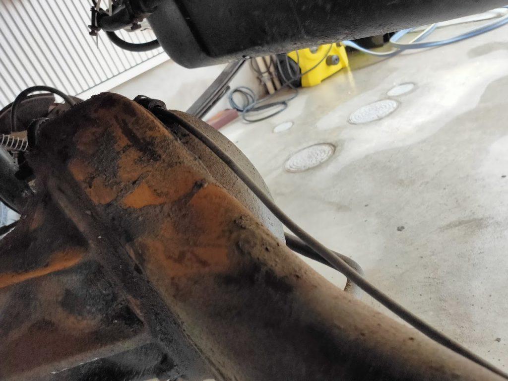 117クーペ防錆処理でリアアクスルの錆削り2