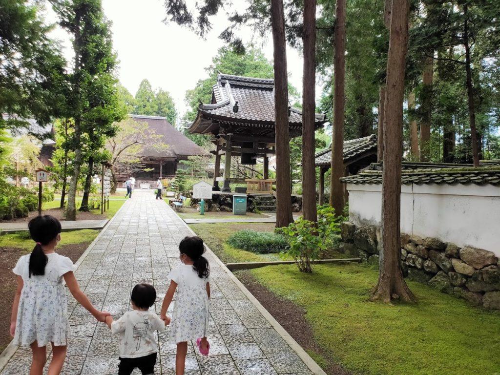29番国分寺の境内と子ども