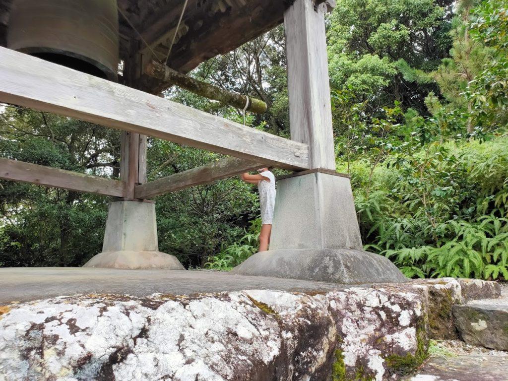 28番大日寺の子どもと鐘楼