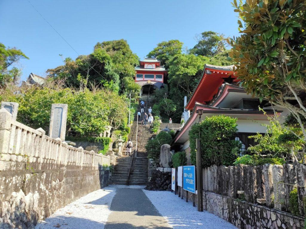 25番津照寺へ向かう階段と道