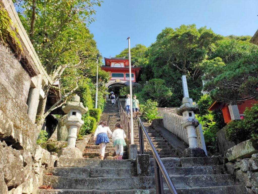 25番津照寺の階段の子供