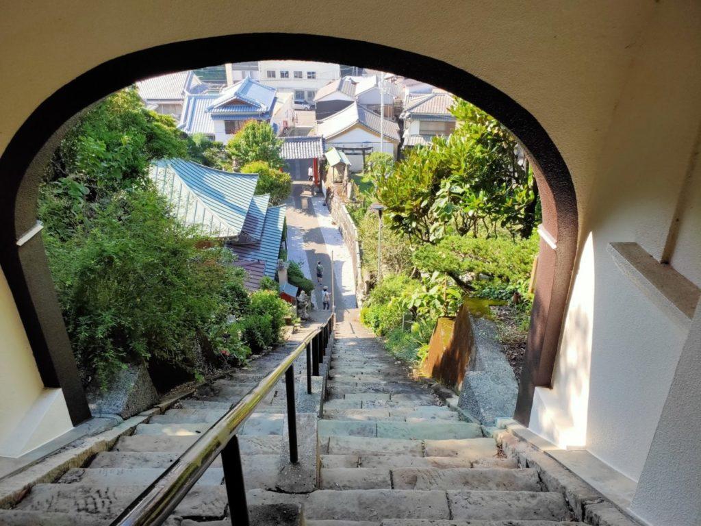 25番津照寺の階段を見下ろす