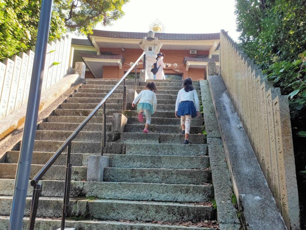25番津照寺の階段を上る子供
