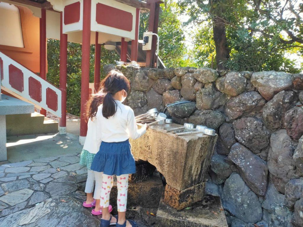 25番津照寺の手水場と子供