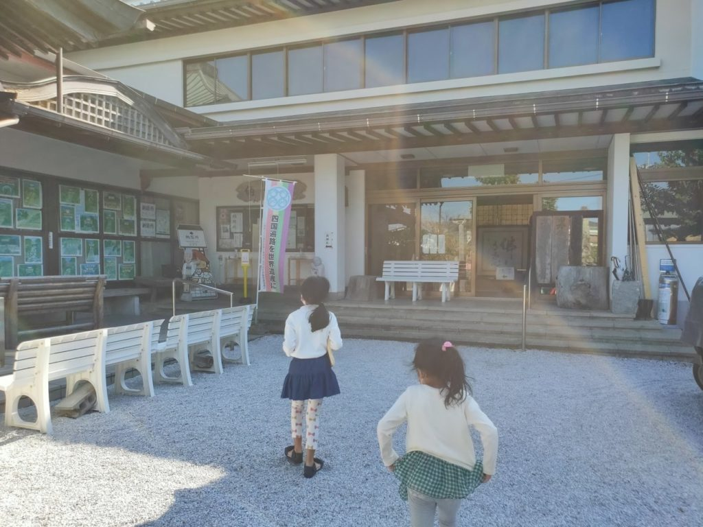 25番津照寺の納経所と子供