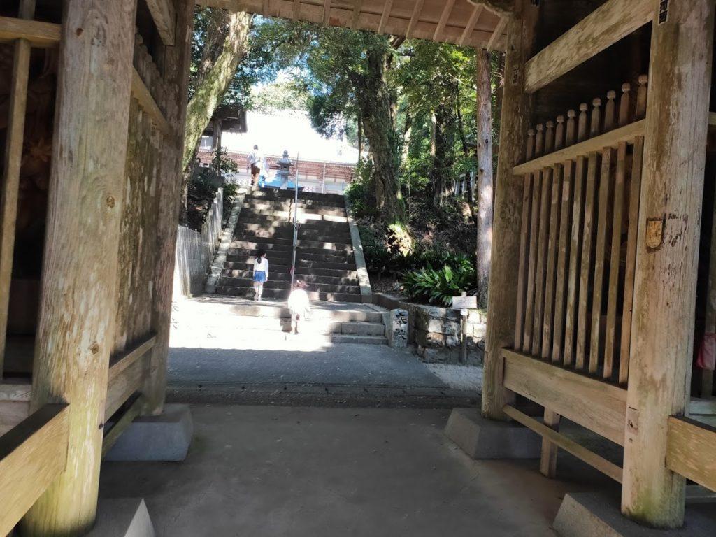 26番金剛頂寺の山門と子ども
