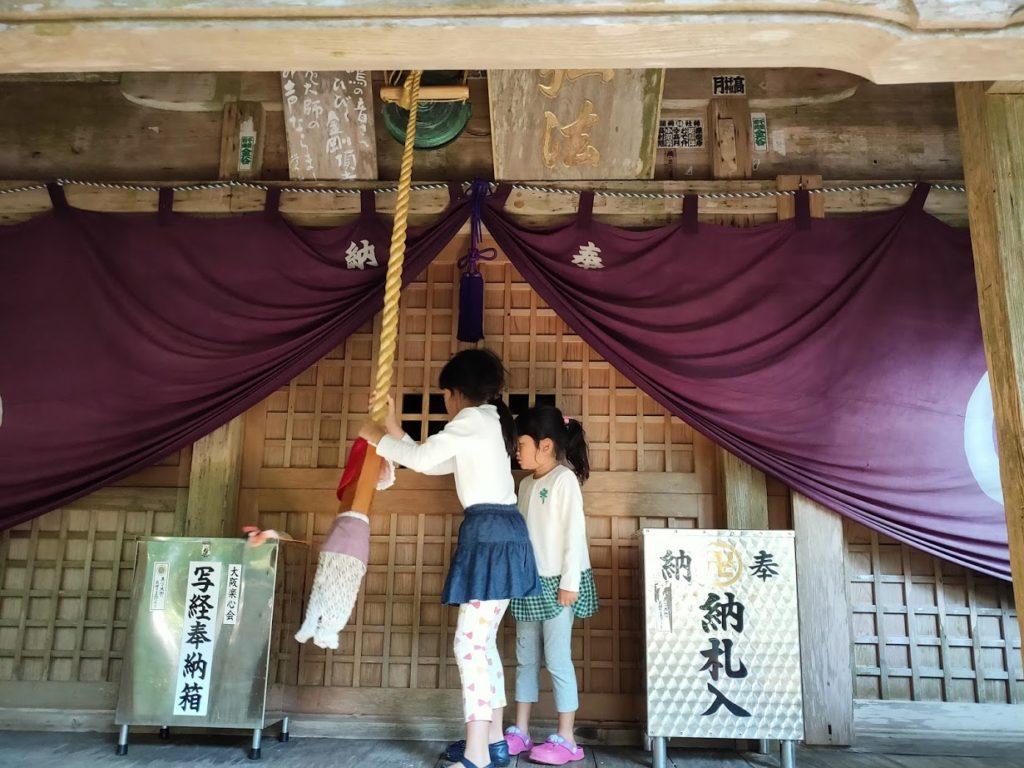 26番金剛頂寺の大師堂と子ども