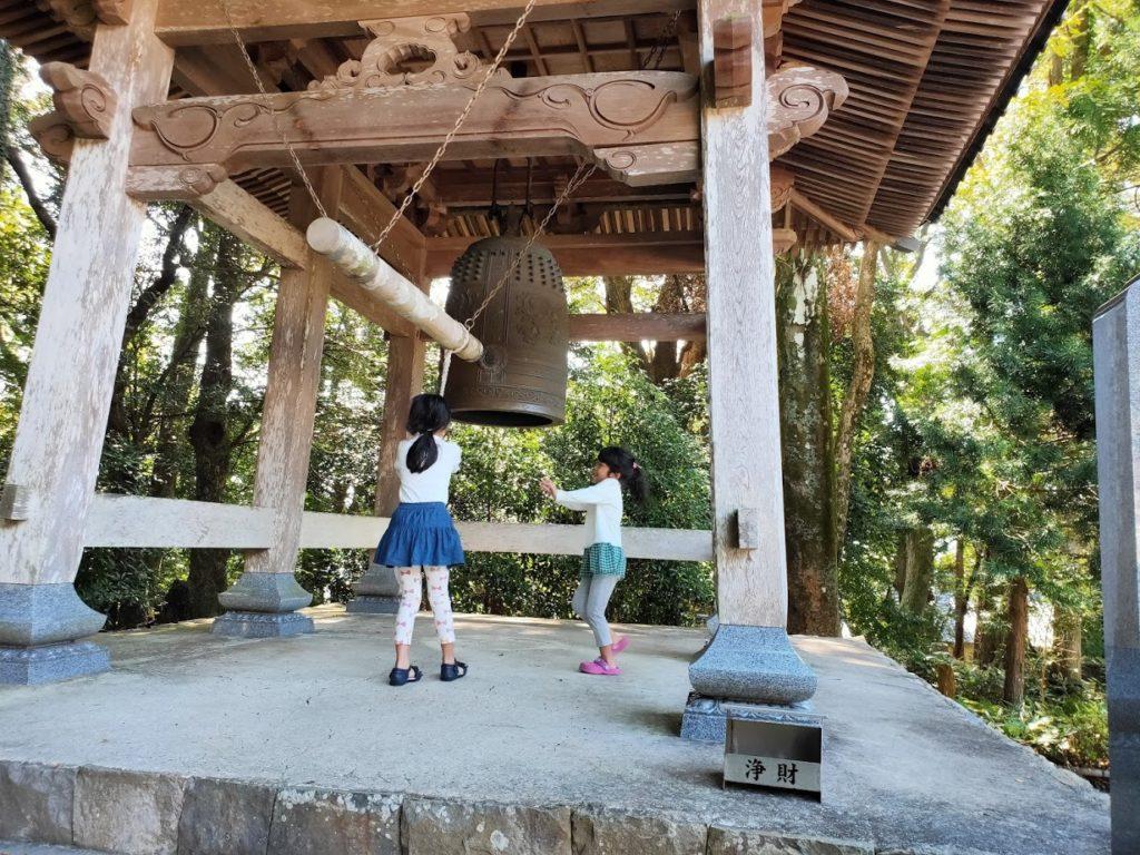 26番金剛頂寺の鐘楼と子ども