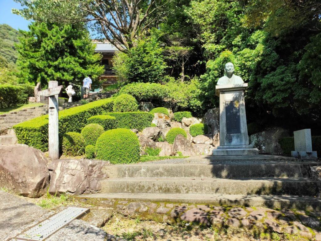 27番神峯寺の山門へと続く道