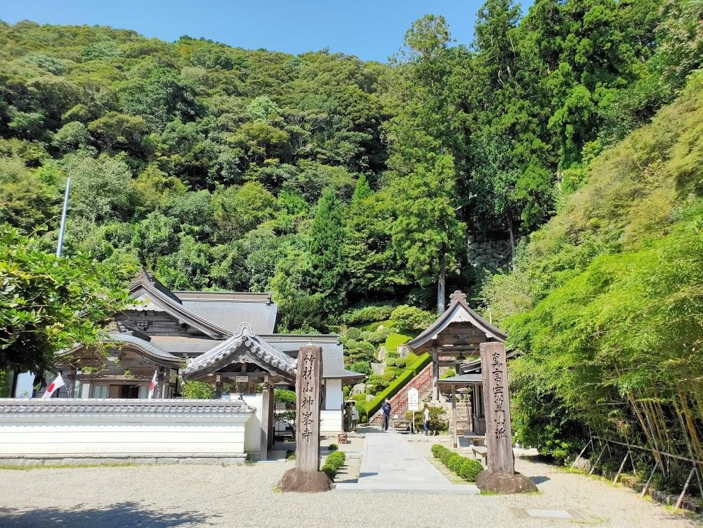 27番神峯寺の境内の景色
