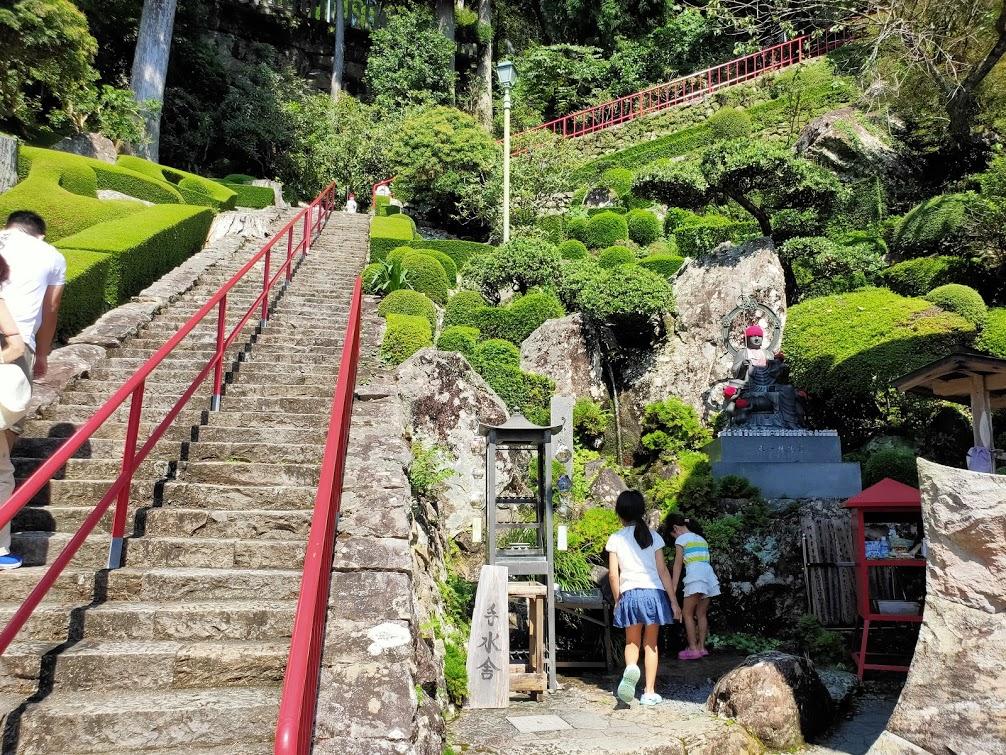 27番神峯寺の手水場と子供