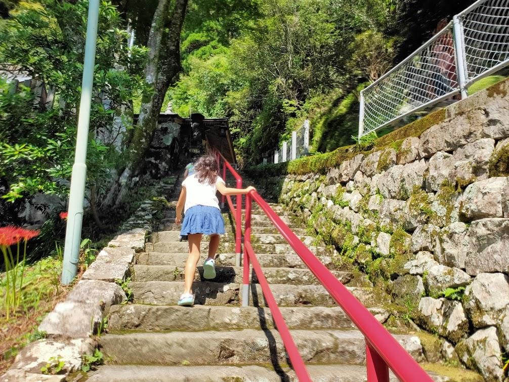 27番神峯寺の階段を上る子供