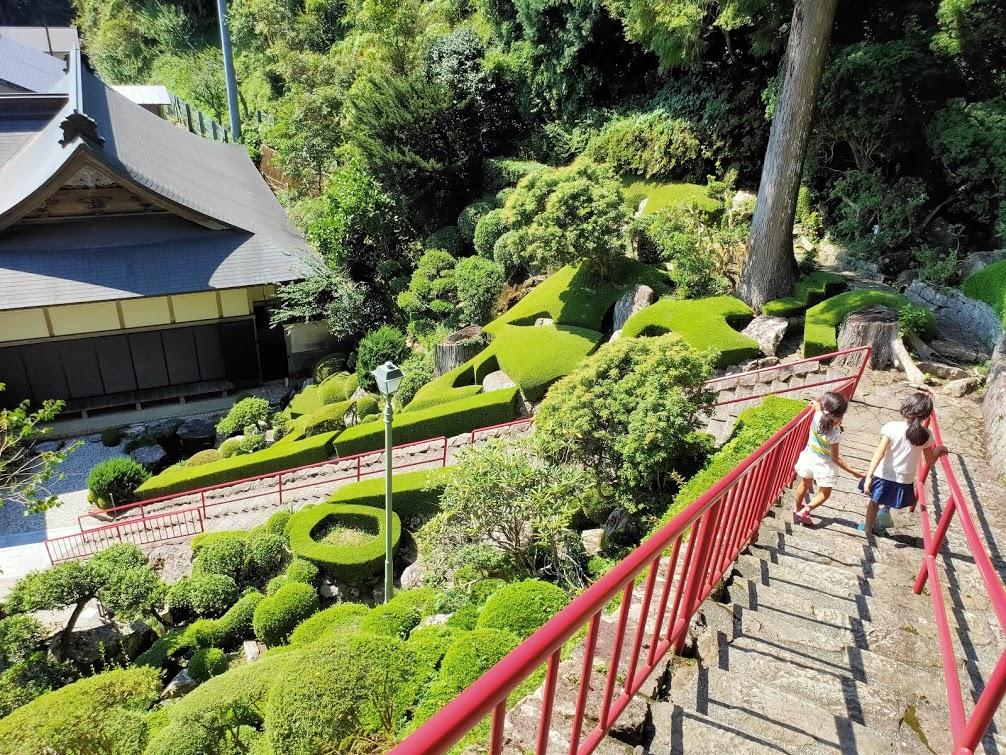 27番神峯寺の階段と子供
